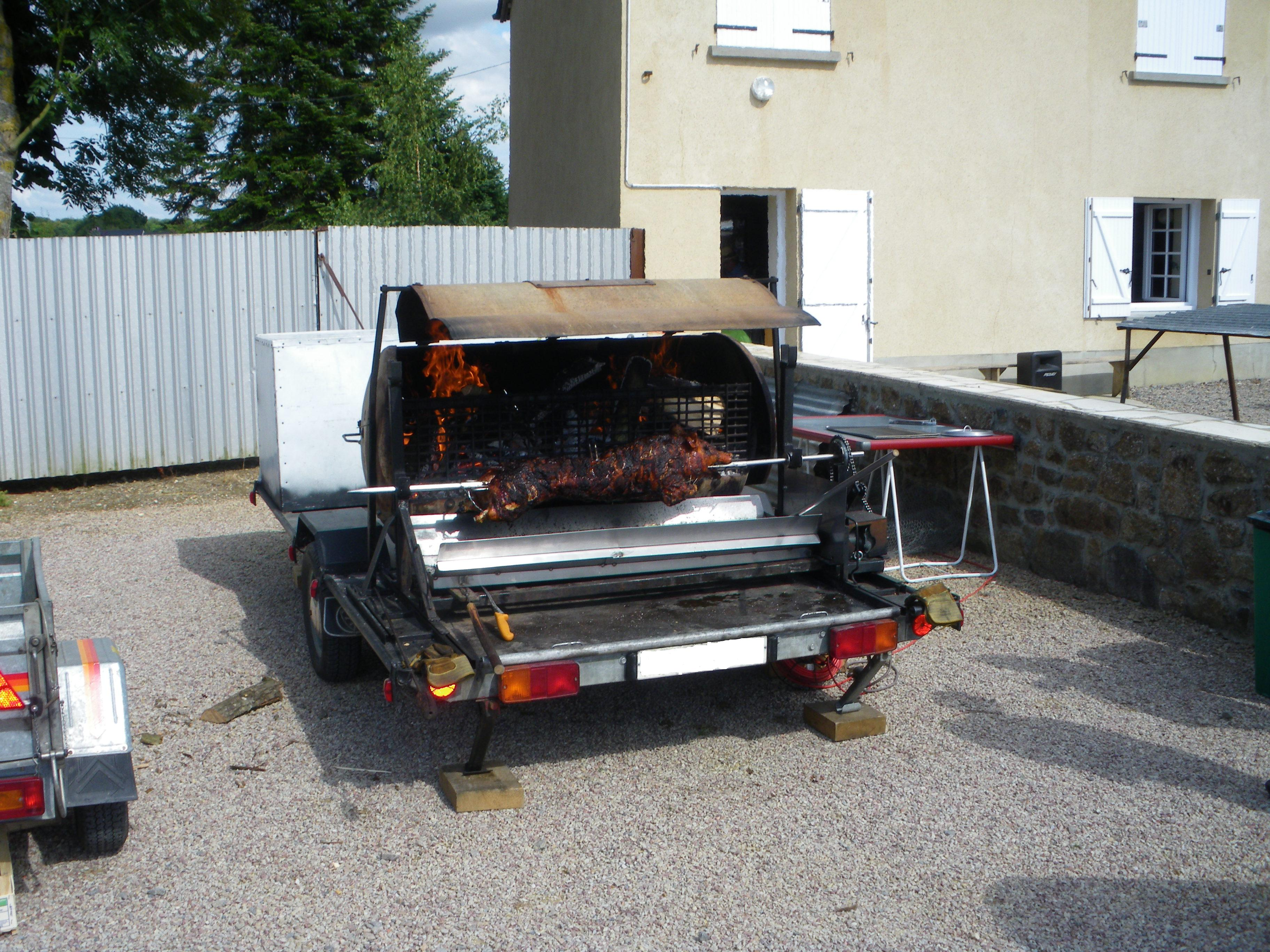 photo du barbecue pour faire un cochon grillé